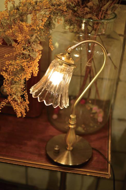 Antique Style Lightings: 株式会社サンヨウが手掛けたリビングルームです。