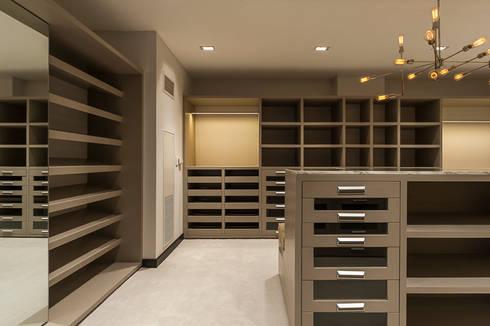 DEPARTAMENTO EN LOMAS: Vestidores y closets de estilo clásico por HO arquitectura de interiores
