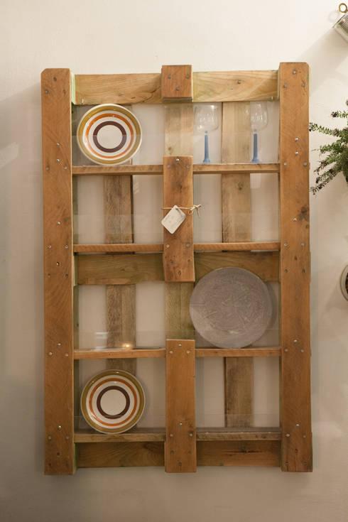 the FUNNY platerack: Cucina in stile  di simona ricci creative interiors