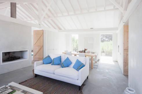 Sítio da Lezíria: Salas de estar modernas por Atelier Data Lda