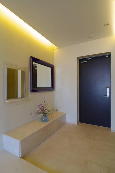 은평2지구 두산위브 42평형 : Design A3의  복도 & 현관