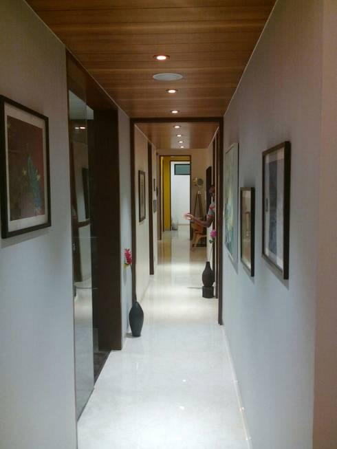 Residential Interior Project @ Mumbai:  Corridor & hallway by Nikneh studio