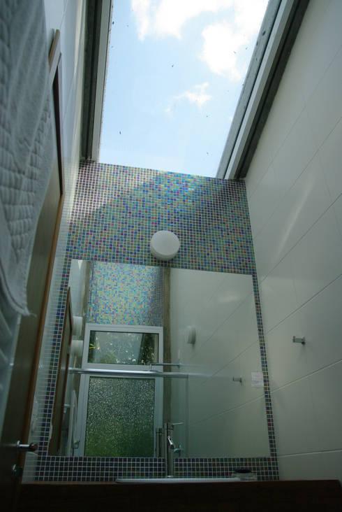 Residência RLC: Banheiros modernos por Squadra Arquitetura