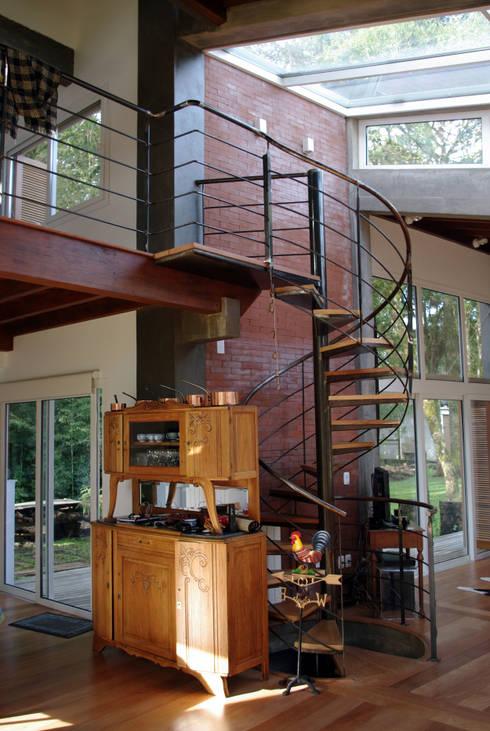 Residência RLC: Salas de estar modernas por Squadra Arquitetura