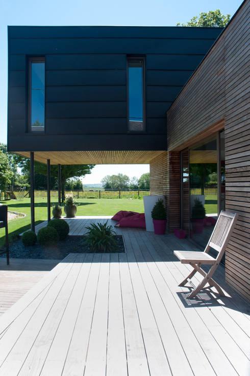 Terrasse couverte, sous le volume de la chambre: Maisons de style de style Moderne par Atelier d'Architecture Marc Lafagne,  architecte dplg