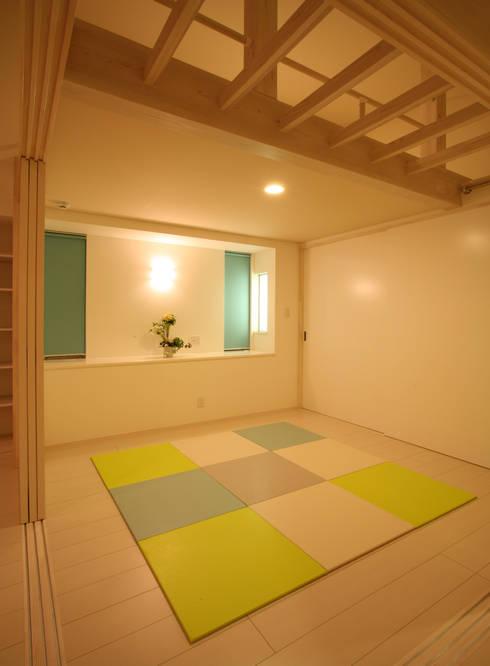リビングルーム (ベッドコーナ ロフト付): 吉田設計+アトリエアジュールが手掛けた寝室です。