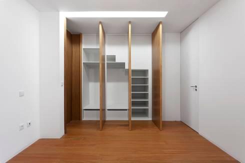 Renovação de uma casa em Viseu: Quartos modernos por BAU UAU ARQUITECTURA