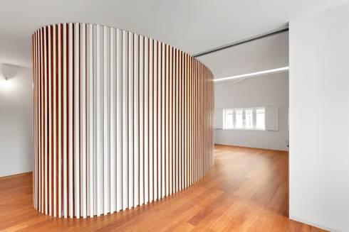 Renovação de uma casa em Viseu: Salas de estar modernas por BAU UAU ARQUITECTURA
