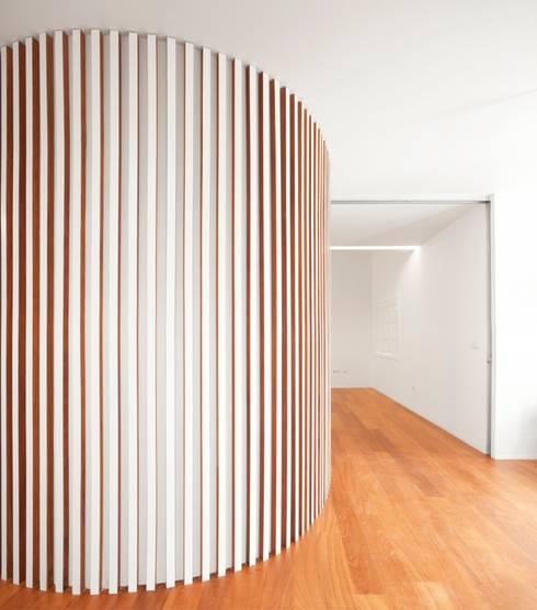 Renovação de uma casa em Viseu: Salas de jantar modernas por BAU UAU ARQUITECTURA
