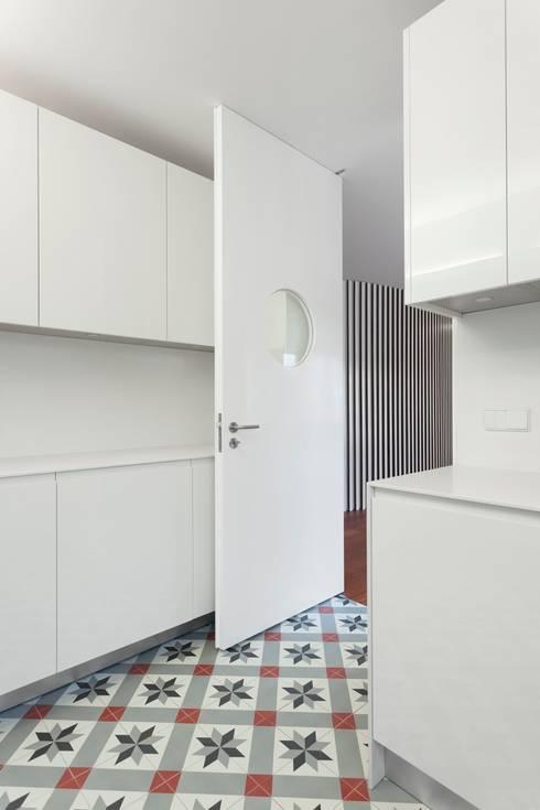Renovação de uma casa em Viseu: Cozinhas  por BAU UAU ARQUITECTURA