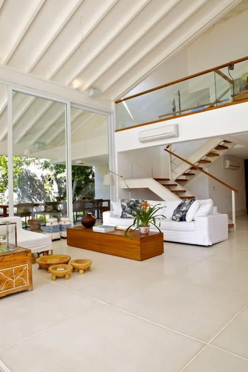 Projeto Residencial – Manguinhos, Búzios: Salas de estar tropicais por Mônica Gervásio Arquitetura & Design