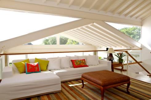 Projeto Residencial – Manguinhos, Búzios: Salas multimídia tropicais por Mônica Gervásio Arquitetura & Design