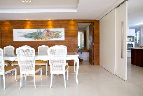 Projeto Residencial – Manguinhos, Búzios: Salas de jantar tropicais por Mônica Gervásio Arquitetura & Design