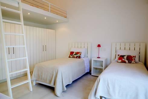 Projeto Residencial – Manguinhos, Búzios: Quartos  por Mônica Gervásio Arquitetura & Design