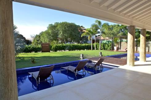 Projeto Residencial – Manguinhos, Búzios: Jardins tropicais por Mônica Gervásio Arquitetura & Design