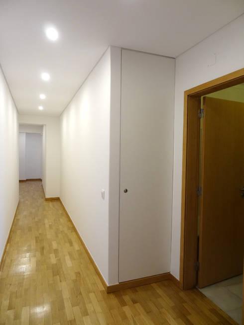 Corredor: Corredores e halls de entrada  por Happy Ideas At Home - Arquitetura e Remodelação de Interiores