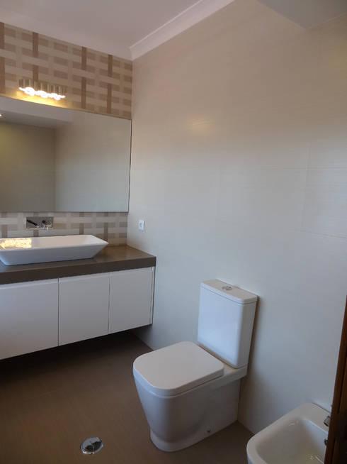 Casa de Banho: Casas de banho modernas por Happy Ideas At Home - Arquitetura e Remodelação de Interiores