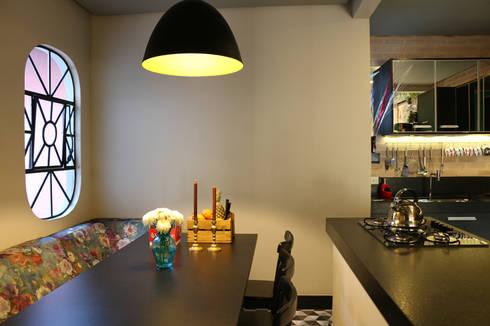 Um projeto diferente, repleto de personalidade! Estilo retrô-moderno-underground: Sala de jantar  por Oleari Arquitetura e Interiores