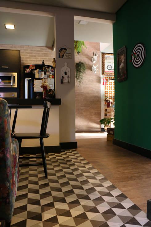 Um projeto diferente, repleto de personalidade! Estilo retrô-moderno-underground: Cozinha  por Oleari Arquitetura e Interiores
