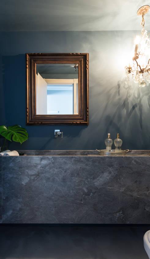 APARTAMENTO ABC : Banheiros minimalistas por AMBIDESTRO