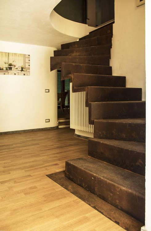 Прихожая, коридор и лестницы в . Автор – LAD studio