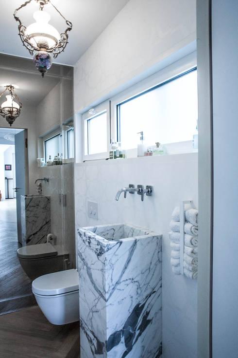 PQ Apartment: Baños de estilo mediterráneo de Singularq Architecture Lab