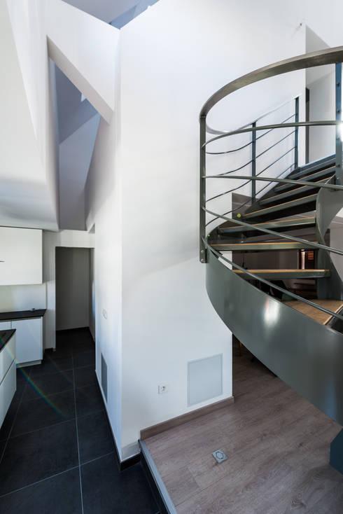 Vide intérieur: Couloir et hall d'entrée de style  par [ADitude*] Architecture