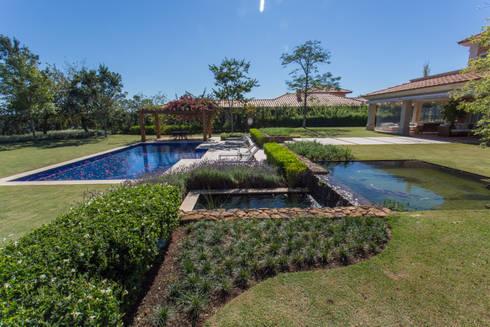 Casa de Campo: Jardins clássicos por Luciana Moraes Paisagismo