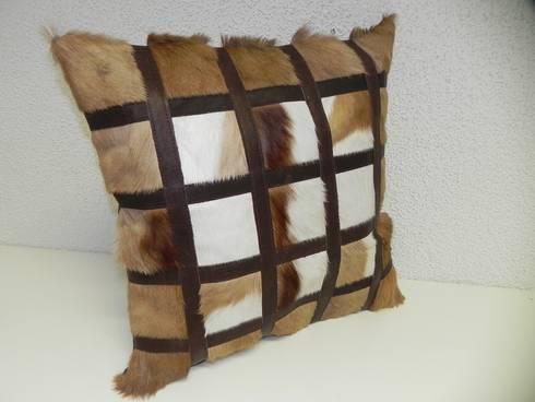 wundersch ne echte springbock kissen fellkissen fell afrika deko kissen von geweihe troph en. Black Bedroom Furniture Sets. Home Design Ideas