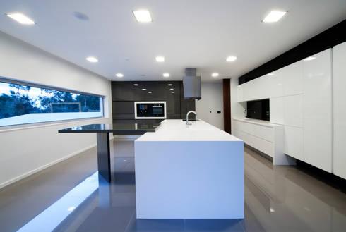 Casa Covelo : Cozinhas minimalistas por mioconcept