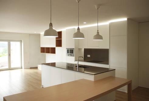 Apartamento em Trandeiras, Braga: Cozinhas minimalistas por ASVS Arquitectos Associados