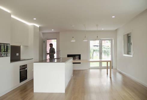 Apartamento em Trandeiras, Braga: Salas de jantar minimalistas por ASVS Arquitectos Associados