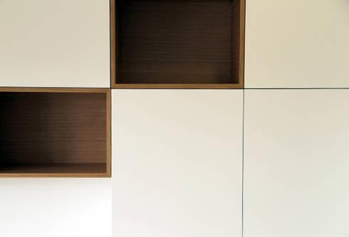 Apartamento em Trandeiras, Braga: Closets minimalistas por ASVS Arquitectos Associados