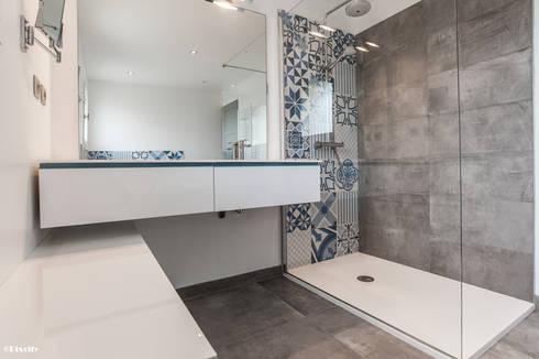 Salle de bains et carreaux ciment bleus par pixcity - Salle de bain carreau de ciment ...