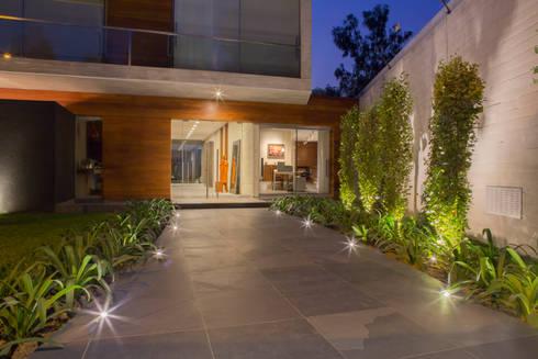 Ingreso principal: Casas de estilo minimalista por DLPS Arquitectos