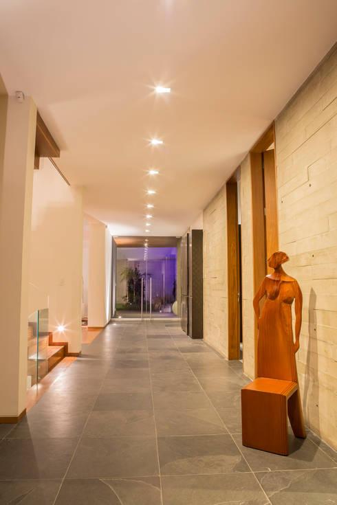 Calidez en el recorrido: Pasillos y vestíbulos de estilo  por DLPS Arquitectos