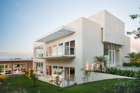 Casa de Campo: Casas minimalistas por arqMULTI