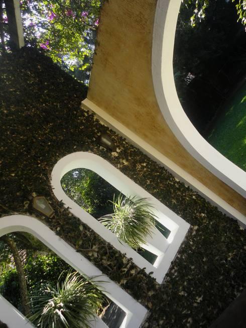 Residência do Pátio do Arcos : Jardins  por Marisol Réquia Arquitetura