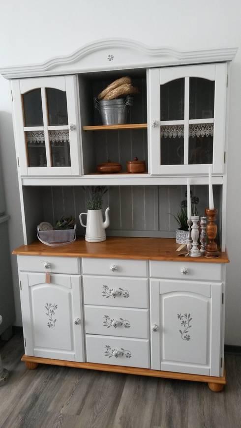 verspieltes k chenbuffet im landhausstil von m bel sucht. Black Bedroom Furniture Sets. Home Design Ideas