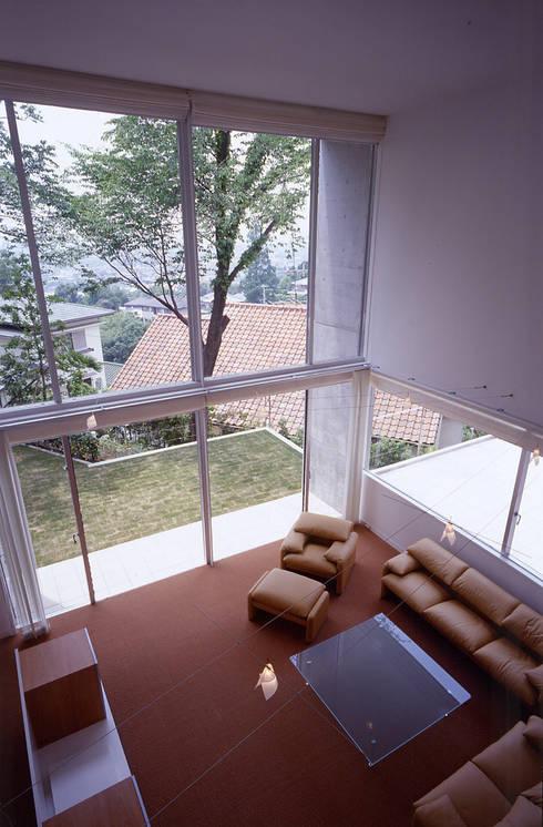 平井山荘の家: 株式会社  小林恒建築研究所が手掛けたリビングです。