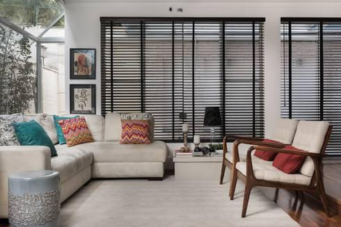 Casa Alto da Boa Vista: Salas de estar clássicas por Alma em Design