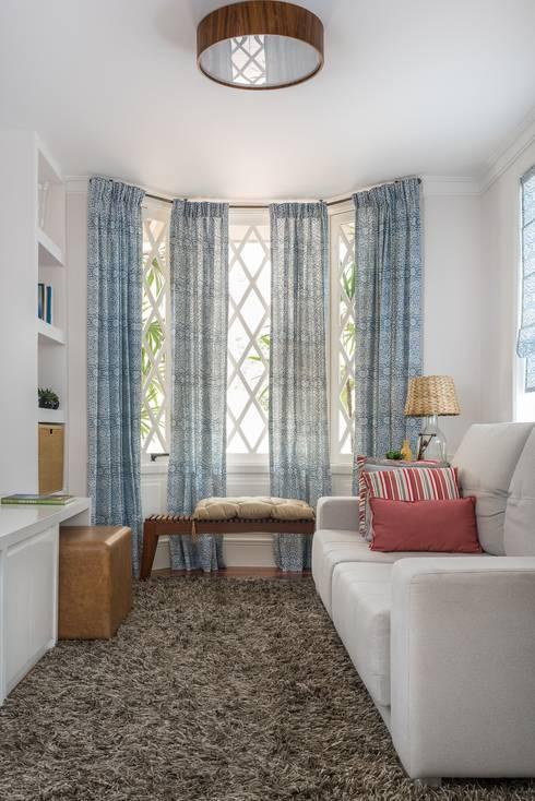 Casa Alto da Boa Vista: Salas multimídia clássicas por Alma em Design
