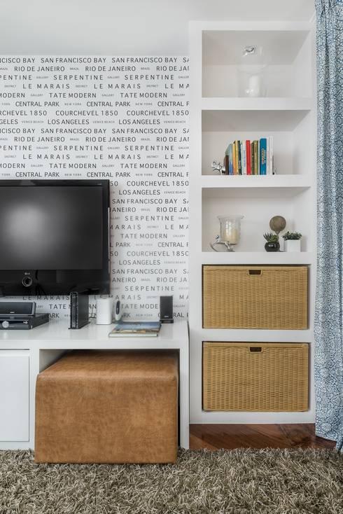 Casa Alto da Boa Vista: Salas multimídia ecléticas por Alma em Design