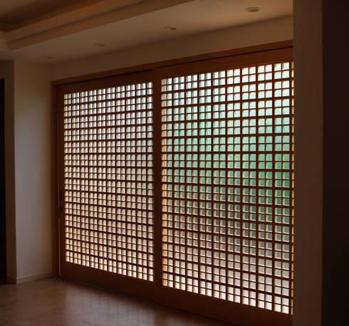 美しい親子格子戸: 有限会社種村建具木工所が手掛けた窓・ドアです。
