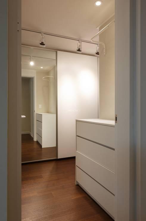 우리집 거실을 영화관으로 21평 신혼집 빌라인테리어: 홍예디자인의  드레스 룸