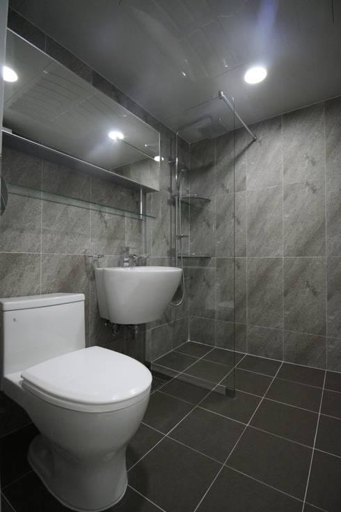 정왕동 32평 블랙&화이트 인테리어 : Old & New Interior의  욕실