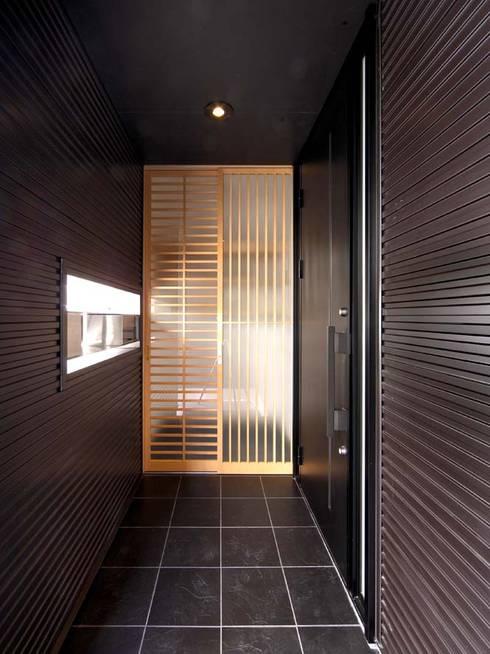 玄関ポーチ: 6th studio / 一級建築士事務所 スタジオロクが手掛けたベランダです。