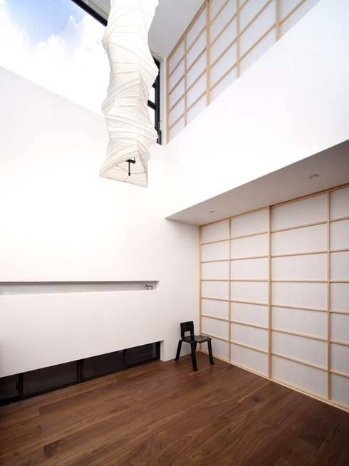 リビング: 6th studio / 一級建築士事務所 スタジオロクが手掛けたリビングです。