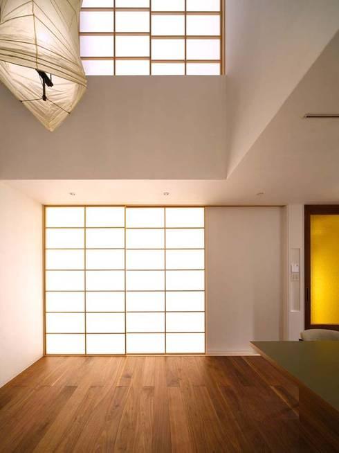 リビング(夕景): 6th studio / 一級建築士事務所 スタジオロクが手掛けたリビングです。