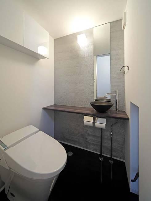 WC: 6th studio / 一級建築士事務所 スタジオロクが手掛けた浴室です。